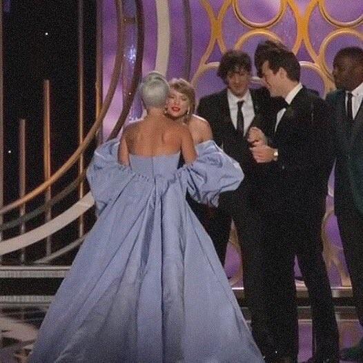 Khoảnh khắc Gaga ôm Taylor Swift và được Taylor dìu vào cánh gà khi quá xúc động là một trong những khoảnh khắc đẹp tại Quả Cầu Vàng năm nay.