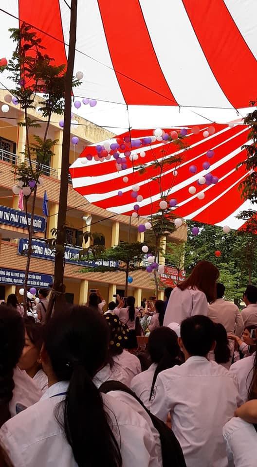 Hình ảnh quả bóng bay mắc phải mái che khiến nhiều học sinh không khỏi hoang mang về tương lai của mình sau này. Ảnh: Mai Hương Chu