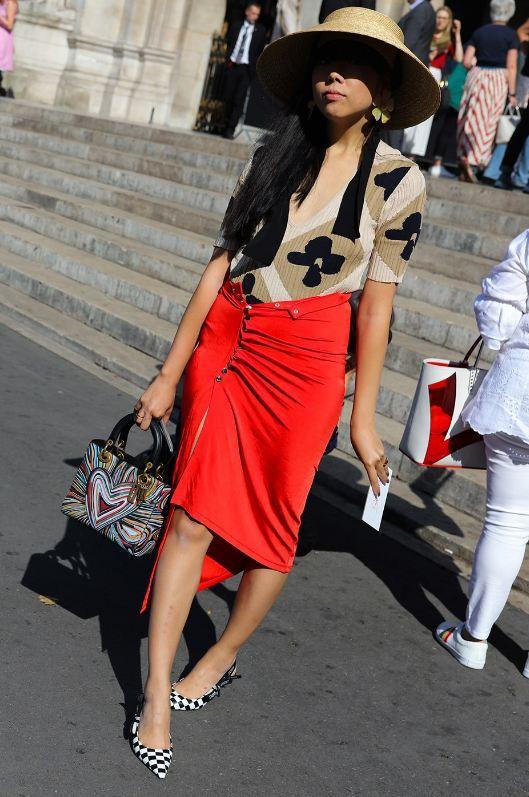 Một chiếc nón cói vành cụp trendy vừa làm tốt nhiệm vụ che nắng lại tăng thêm độ style cho set đồ thì làm sao các tín đồ thời trang có thể làm ngơ?