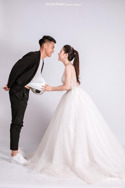 Ảnh cưới độc đáo của cựu trung vệ U23 Việt Nam ảnh 4