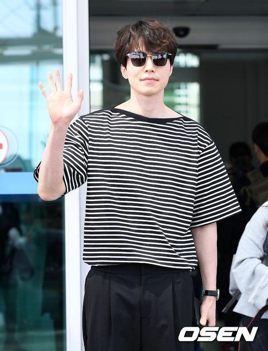 Thần chết soái ca của Goblin Lee Dong Gook lại theo phong cách minimalist với chiếc áo thun sọc ngang đen trắng, quần tây và mắc kính ton-sur-ton. Chỉ đơn giản thế này thôi cũng đủ đốn gục trái tim bao người hâm mộ rồi.