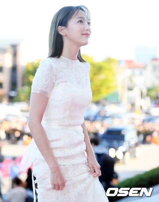 Nữ diễn viên Pyo Ye Jin diện váy trắng như công chúa