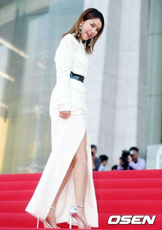 Nữ diễn viên Chae Jung Anthu hút ống kính của phóng viên với bộ đầm trắng
