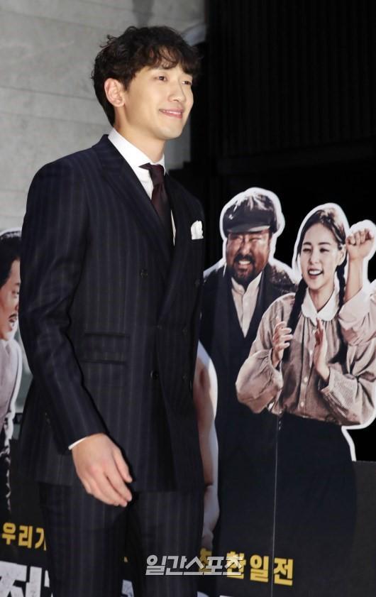 Họp báo Uhm Bok Dong: Min Hyorin vắng mặt, Kang Sora quyến rũ bên Bi Rain ảnh 4
