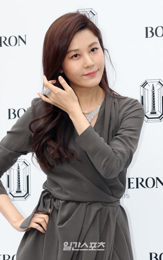 Sulli sang chảnh quyến rũ, đọ sắc với mỹ nhân 41 tuổi  Kim Ha Neul, khán giả Hàn nói gì? ảnh 4