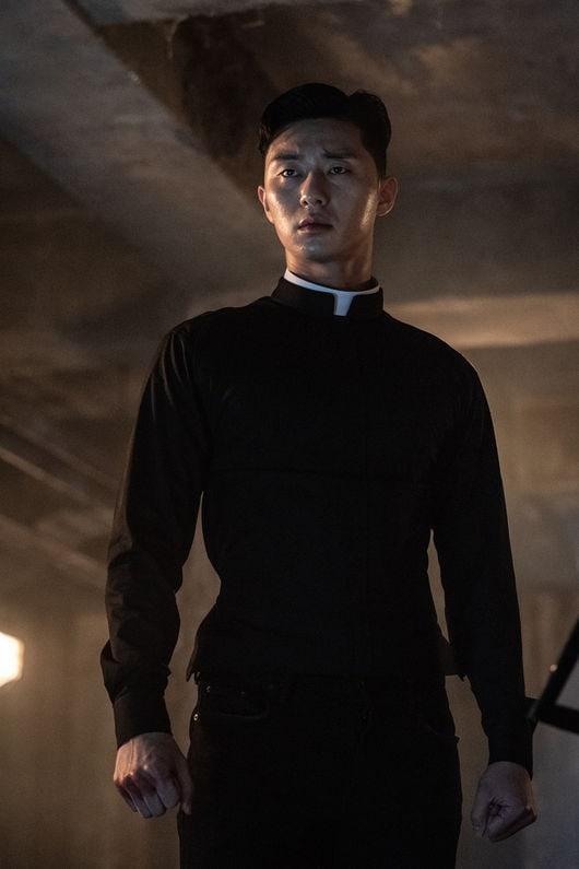 Park Seo Joon được đạo diễn và nam diễn viên gạo cội Ahn Sung Ki khen khi đóng vai võ sĩ trong phim kinh dị The Divine Fury ảnh 3