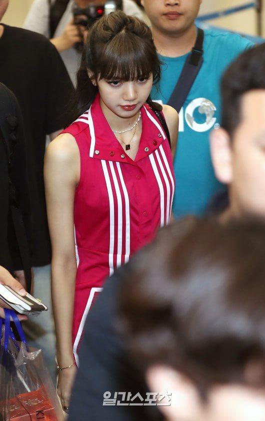Jennie mặt lạnh khoe eo nhỏ xinh  Jisoo rạng rỡ thân thiện, đọ sắc mỹ nhân 38 tuổi Sung Yuri tại sân bay ảnh 15