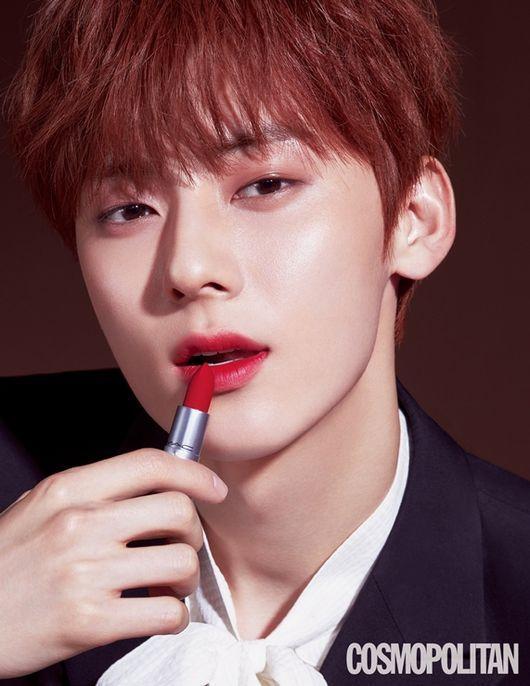 Hwang Min Hyun chia sẻ, thỏi son nhẹ như lông vũ và mịn màng như kẹo bông khi chạm vào nó.