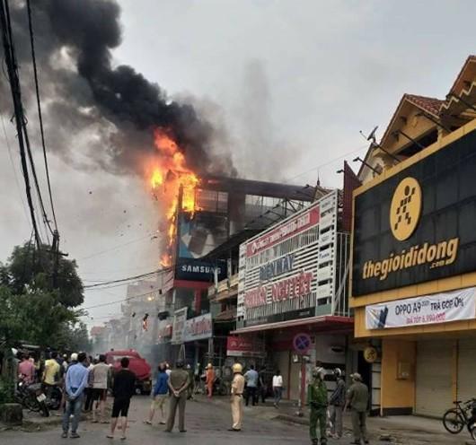 Theo một số người dân, ngọn lửa bốc lên từ tầng 2 của siêu thị và nhanh chóng lan rộng lên tầng 3. Ảnh: Người lao động