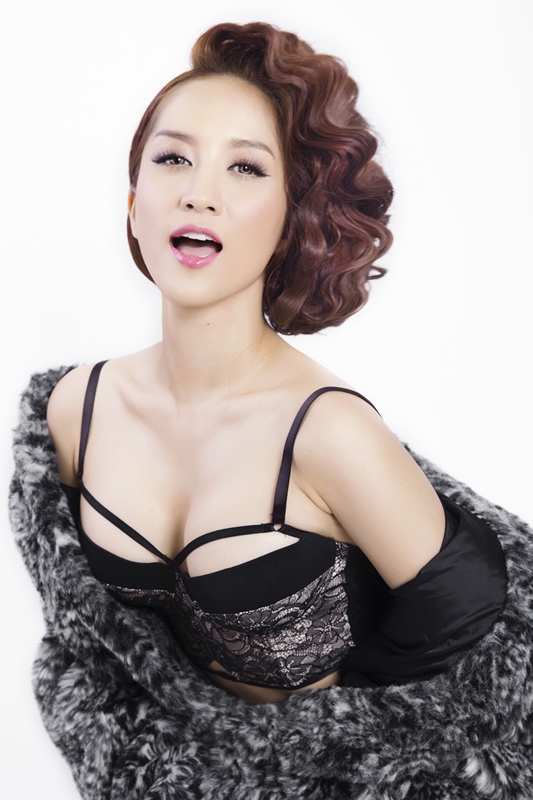 """Khánh Thi được xem là tượng đài sống của bộ môn khiêu vũ thể thao tại Việt Nam. Trong suốt sự nghiệp của mình, """"nữ hoàng Dance-sport"""" giành được vô số danh hiệu lớn nhỏ, trong đó nổi bật là 2 chiếc HCV Đại hội thể thao trong nhà châu Á."""