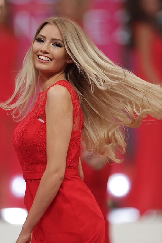 Hoa hậu Đức sở hữu vẻ đẹp cùng thần thái như các người mẫu chuyên nghiệp. Góc mặt ấn tượng, mái tóc bạch kim kiêu sa, cặp mắt mơ màng cùng đôi môi mọng đỏ. Cô cao khiêm tốn 1m68, số đo ba vòng tạm ổn: 84 - 65 - 93.
