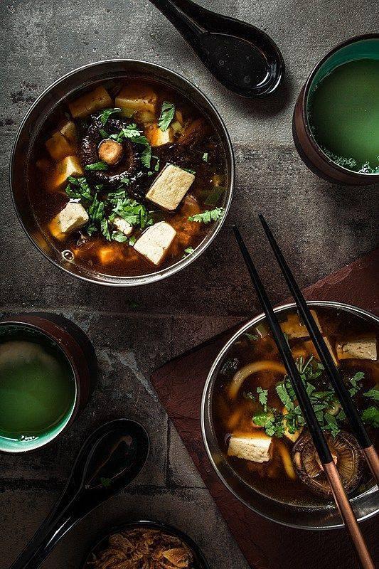 Ăn canh Miso nhiều dinh dưỡng: Người Nhật thích canh súp Miso, là món có nhiều vitamin E, can-xi và khoáng chất, trong đó có đậu nành rất giàu protein được chuyển đổi thành các axit amin dễ tiêu hóa, nó giúp giảm lượng calo, giảm huyết áp, ngăn ngừa xơ cứng động mạch. Ngoài ra, Miso có thể trì hoãn sự lão hóa, phòng ung thư.