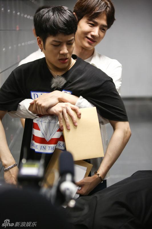 Jackson Wang đăng hình thiếu áo mất máu, Bạch Kính Đình hỏi: Đây là lý do cậu không mặc áo à ảnh 5