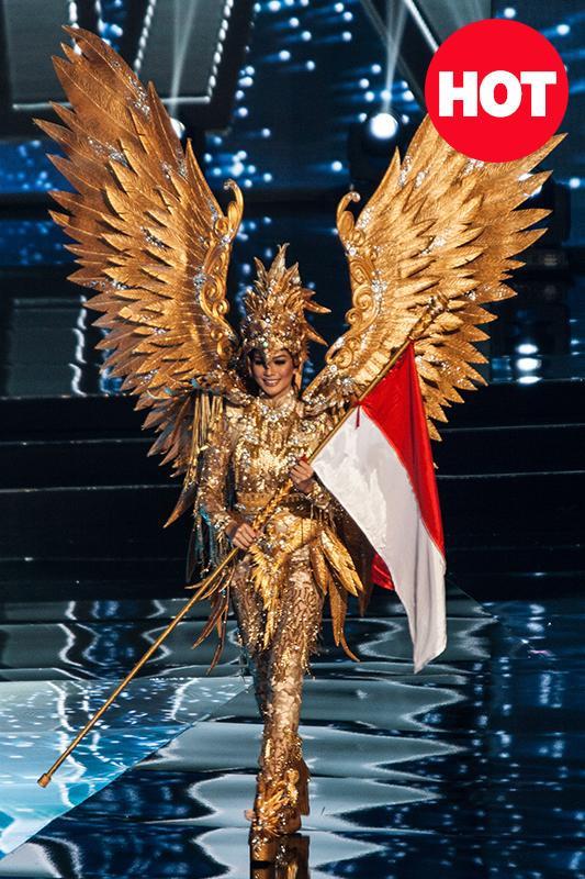 Không lấy sắc trắng thay vào đó Hoa hậu Indonesia đã sử dụng sắc vàng gold lên đôi cánh Đại bàng ở kỳ Miss Universe 2016.