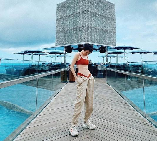 Chi Pu, Bảo Anh nghiền mốt quần tụt nửa mặc nửa hở, nhưng bạo nhất thì đố ai bằng Thiên Nga ảnh 4