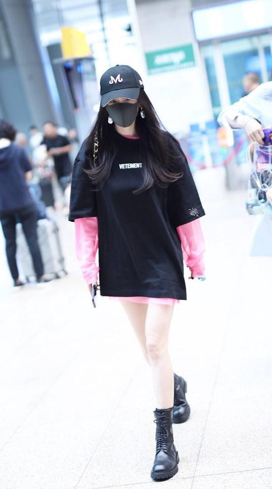 Combo quen thuộc của Dương Mịch trong thời gian gần đây với kiểu áo oversized mix cùng giày thể thao hoặc boots cổ cao khoe đôi chân thon thả