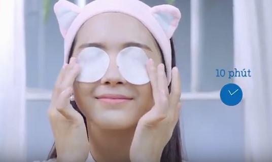 Jang Mi thực hiện mặt nạ dưỡng ẩm dành cho mắt.