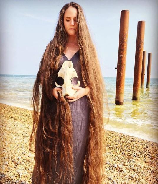Frankie chỉ cần lược để chăm sóc cho mái tóc dài 1,8 m.