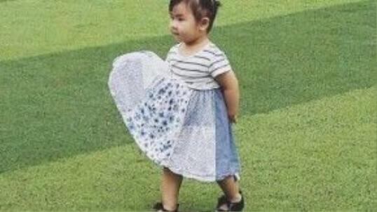 Trang phục thường thấy nhất của Bìn là váy và giày búp bê xinh xắn.
