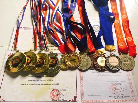 """Trần Thị Ny cũng thường xuyên tham gia các cuộc thi về thể hình và giành về cho mình không ít các giải thưởng danh giá như: """"Huy chương bạc hạng cân nữ trên 55 kg tỉnh Đồng Nai"""", """"Vô địch thể hìnhĐại hội thể dục thể thao tỉnh đồng Nai lần thứ VIII năm 2018"""", """"Huy chương bạc và đồng hạng cân 52 kg tại giải vô địchThể hình các câu lạc bộ toàn quốc 2018""""."""