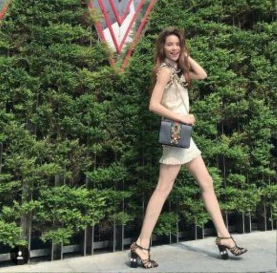 Gucci Peony là mẫu túi được đính nạm tinh xảo trên nần da bê cao cấp kết hợp cùng dây xích. Mẫu túi này được Hồ Ngọc Hà diện cách đây không lâu.