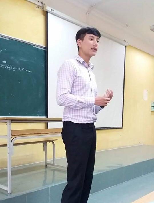 """Học trò cũ khoe bức ảnh chuẩn """"soái ca"""" của thầy Tuấn. Ảnh: Vũ Linh."""