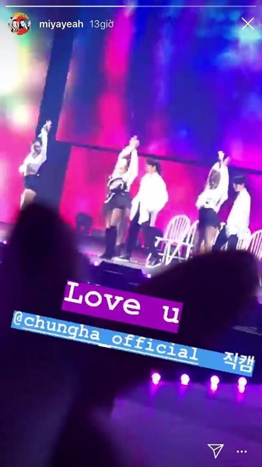 Cô nàng còn bắn tim khi Chungha đang biểu diễn và đăng lên Instagram như thế này đây.