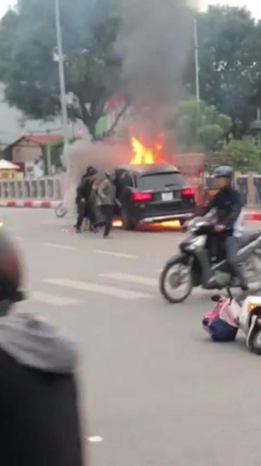 Xe Mercedes và các phương tiện khác bốc cháy sau va chạm.