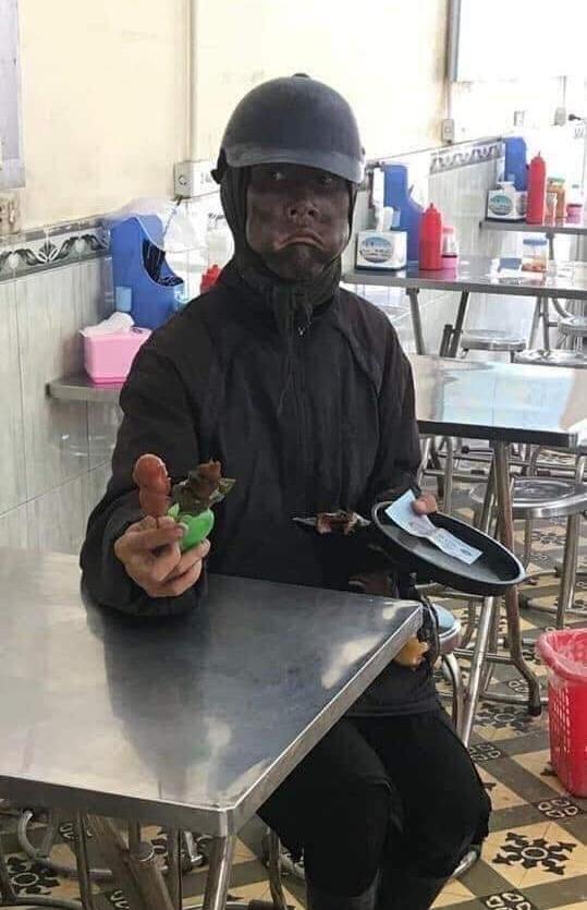 Sự thật công an đã bắt được người mặt đen 'quái dị' cầm đầu gà đi ăn xin ở Hà Nội ảnh 1