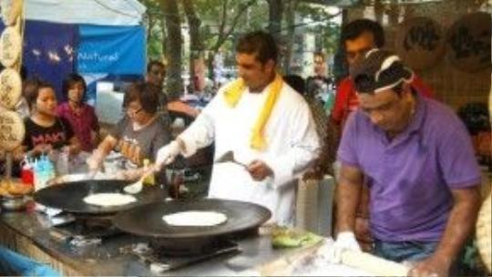 """Tận mắt xem đầu bếp làm món Turon (chuối chiên bọc chả giò) truyền thống của người Philipines tại """"Hội chợ ẩm thực quốc tế""""."""