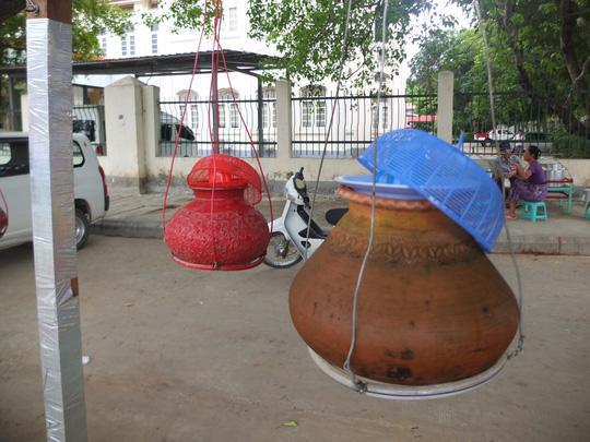Để đỡ chiếm diện tích, bình nước được treo lủng lẳng ở thủ đô Yangon