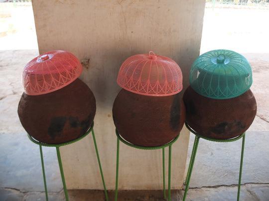 Ở các điểm tham quan, chùa chiền lúc nào cũng có nước uống miễn phí được trang bị ca uống, lồng bàn đậy sạch sẽ