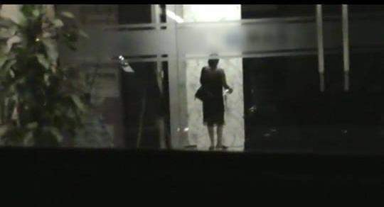 Hình ảnh được cho là chụp Lý Phương Châu ra vào khách sạn, nơi mà Hiền Sến từng đi vào ngay trước đó.