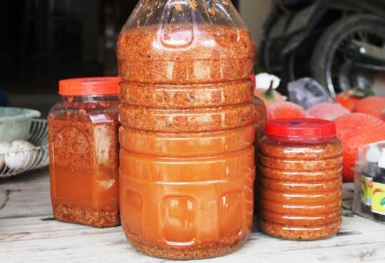 Làng Đình Trung xã Hà Yên, huyện Hà Trung, tỉnh Thanh Hóa là ngôi làng tập trung nhiều người làm mắm tép nhất từ xưa cho đến nay.