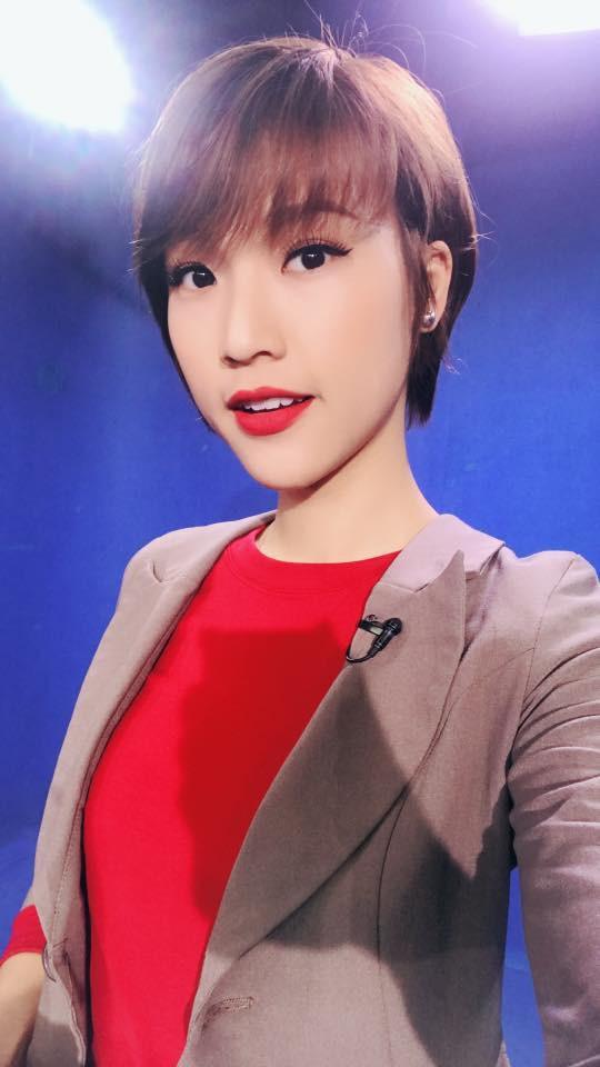 """Á hậu Hoàng Oanh là 1 trong những người đẹp tiếp theo gia nhập """"hội tóc ngắn"""" của showbiz Việt. Sau những chuyện buồn tình cảm, cô nàng cũng quyết định thay đổi kiểu tóc dài quen thuộc trước kia bằng kiểu tóc ngắn tomboy."""