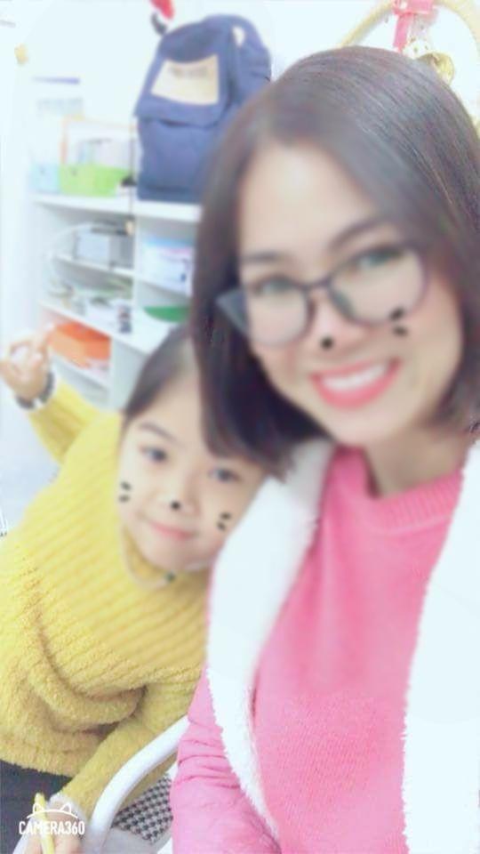 Hình ảnh chị Huyền chụp cùng con gái trước thời điểm bị chồng tạt axit.