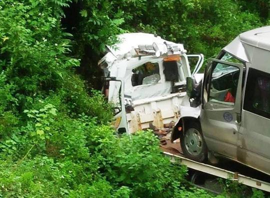 Hiện trường vụ tai nạn khiến 2 người tử vong trong cabin xe cẩu cứu hộ. Ảnh: Người lao động.
