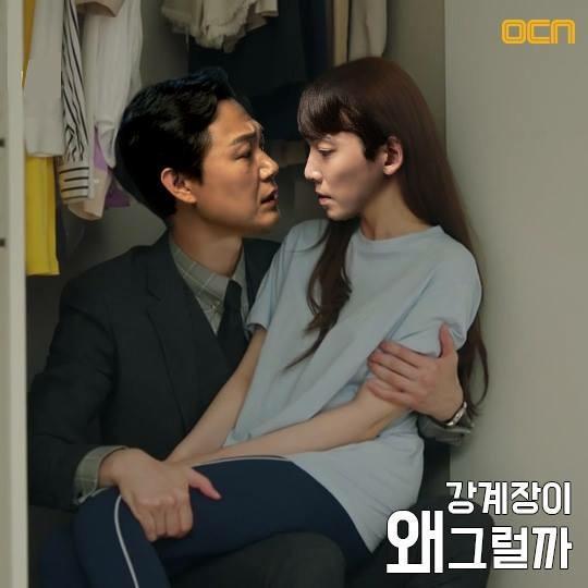 """Ảnh ghét cảnh thân mật của Park Seo Joon và Park Min Young trong """"Thư Ký Kim sao thế?"""" do đài OCN thực hiện. Hai diễn viên trong bức hình là Park Sung Woong và Jung Kyung Ho - nam chính của phim """"Cuộc sống trên sao hoả""""."""
