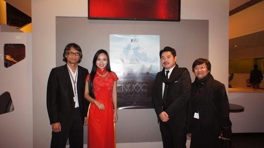 """Quỳnh Hoa (áo đỏ) và đoàn làm phim """"Nước - 2030"""" tại Liên hoan phim Berlin"""