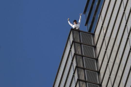 Leo núi là ước mơ và niềm đam mê của ông Robert. Ảnh: AFP
