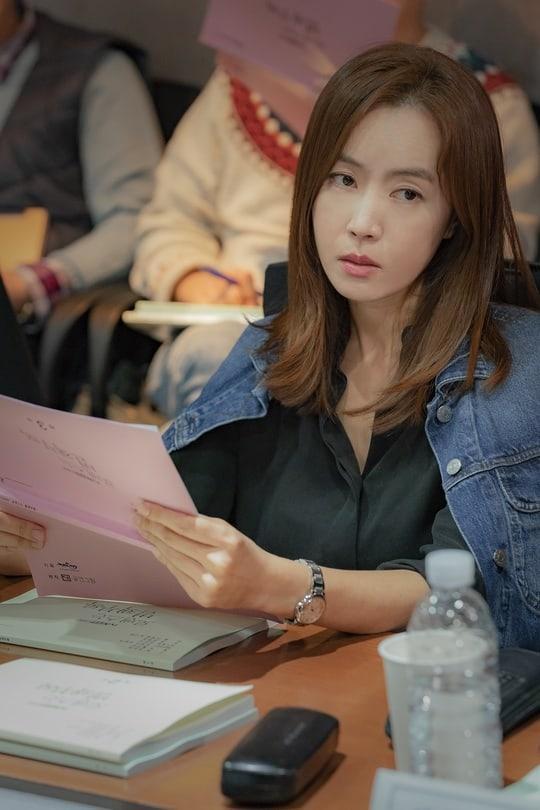 Đạo diễn lạnh lùng và cuốn hút Go Yoo Sun (Kim Yoo Mi).