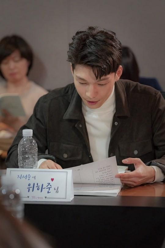 """Em trai """"chị đẹp"""" Wi Ha Joon sẽ đảm nhận vai chàng trai quyến rũ nhưng cởi mở, thân thiện Ji Ji Joon. Cũng như Jung Yoo Jin, anh sẽ có mối quan hệ với Na Young, khiến câu chuyện thêm thú vị."""