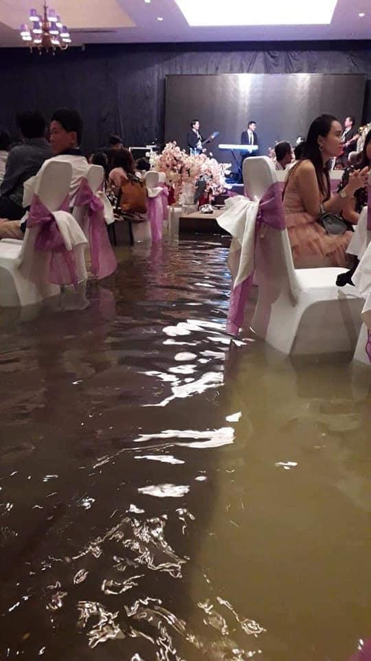 Nước lũ ngập đến đầu gối.