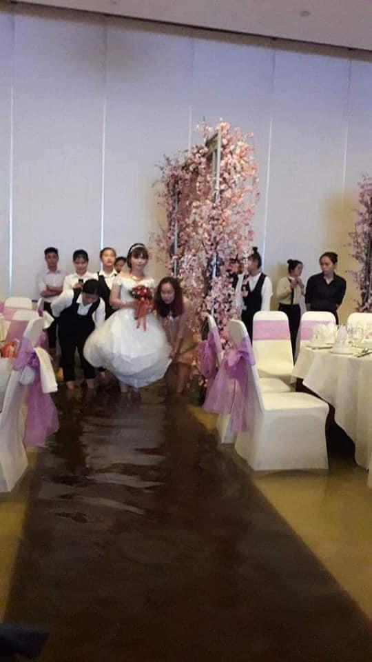 Cô dâu cùng người nhà vất vả lên sân khấu.