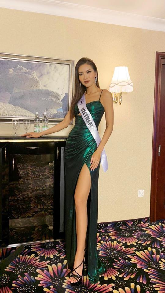 Minh Tú gây bất ngờ khi tái sử dụng chiếc đầm đã cho đại diện Philippines mượn trước đó.Chiếc đầm này được Chung Thanh Phong may riêng cho Minh Tú nên khi diện lên người, nhan sắc 25 tuổi khoe được đường cong cơ thể, nổi bật giữa dàn mỹ nhân của cuộc thi.