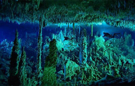 Hố xanh khổng lồ từng là một hang động đá vôi đồ sộ. Ảnh: Jebiga