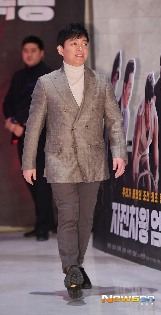 Họp báo Uhm Bok Dong: Min Hyorin vắng mặt, Kang Sora quyến rũ bên Bi Rain ảnh 10