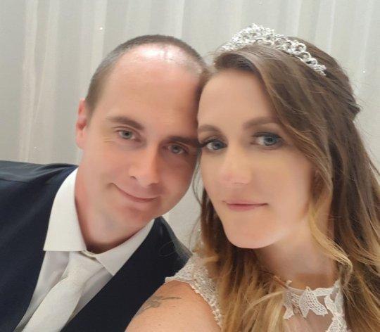 Cặp đôi đã phải nhờ người thân, bạn bè gửi ảnh chụp từ smartphone của họ để lưu giữ lại khoảnh khắc hạnh phúc trong ngày trọng đại.