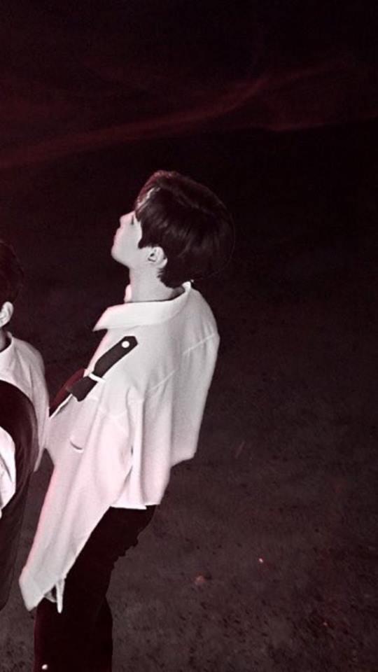Góc nghiêng của thành viên thứ 5 có nét giống Kim Jaehwan.