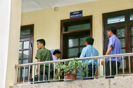 Cơ quan điều tra làm việc tại Sở GD-ĐT tỉnh Hoà Bình tháng 7/2018. Ảnh: Báo Người Lao Động